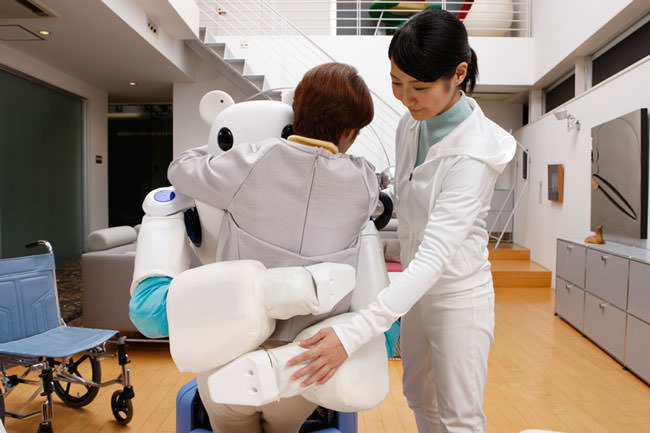 Japan-has-created-a-robot-bear-that'll-help-nurses-take-care-of-their-patients3