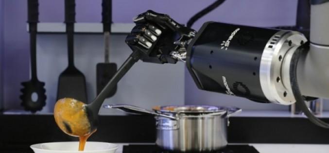 Робот-готвач се учи от движенията ви