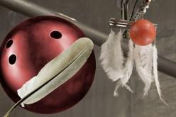 Какво се случва, когато падат топка за боулинг и перце?