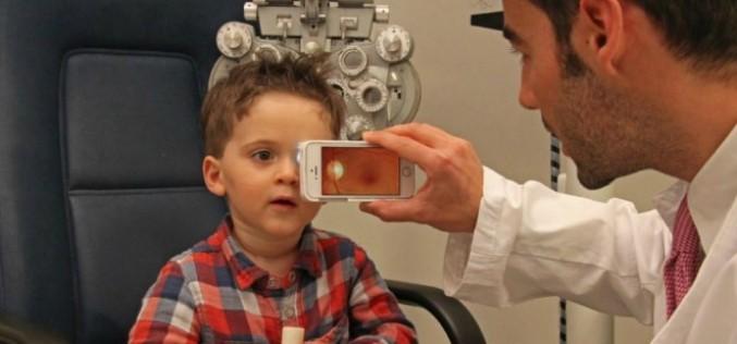 Очен лекар преглежда окото през обектив за смартфон