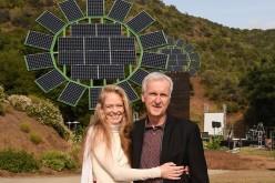 Джеймс Камерън подари на съпругата си гигантски слънчеви цветя