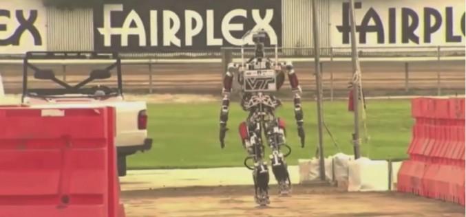 Серия от падащи роботи, докато се опитват да правят прости задачи