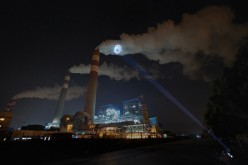 Плачещи детски лица, прожектирани върху пушек от завод