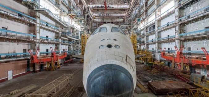 Съветски космически совалки събират прах в изоставен хангар