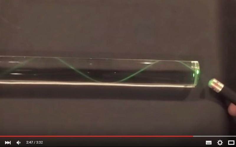 Как светлината пътува в оптичното влакно
