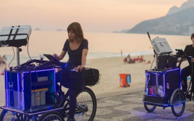 Аудиовизуални триколки прожектират анимации по улиците на Рио де Жанейро