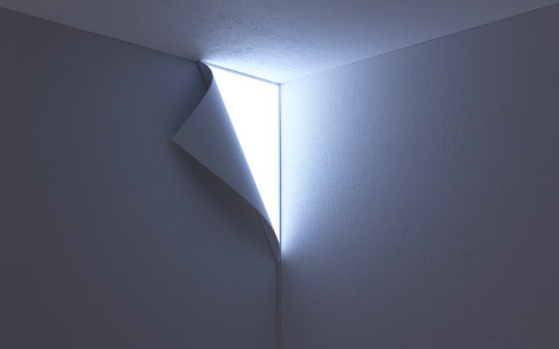 Лампата Peel създава илюзия за обелен ъгъл