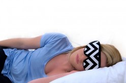 Умна маска за сън ви прави спектрална светлинна терапия