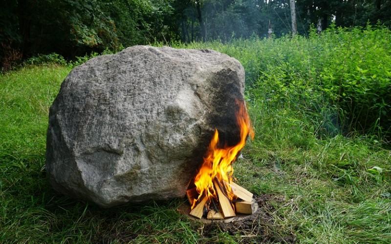 Скрит в камък Wi-Fi рутер се захранва с огън