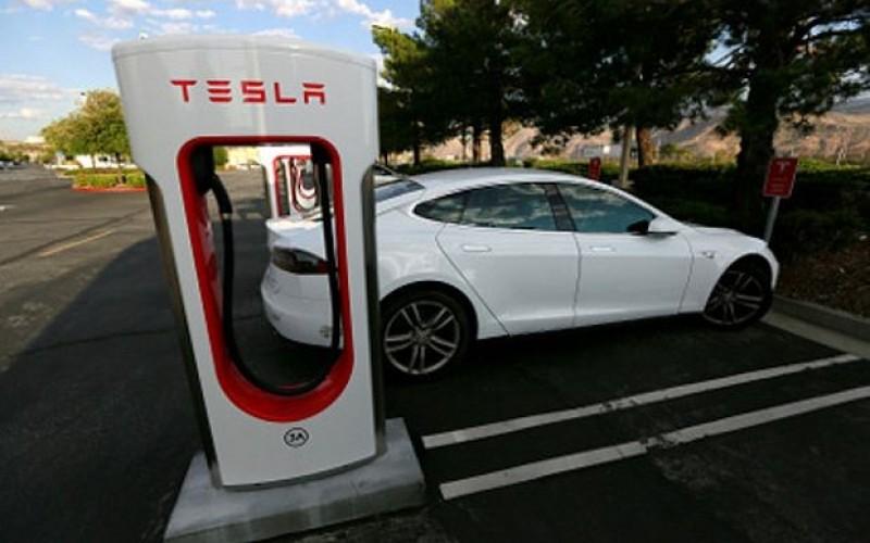 В САЩ разследват смъртта на шофьор с кола на автопилот на Тесла