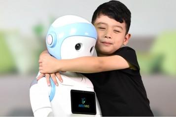 Робот-бавачка се грижи за малки деца