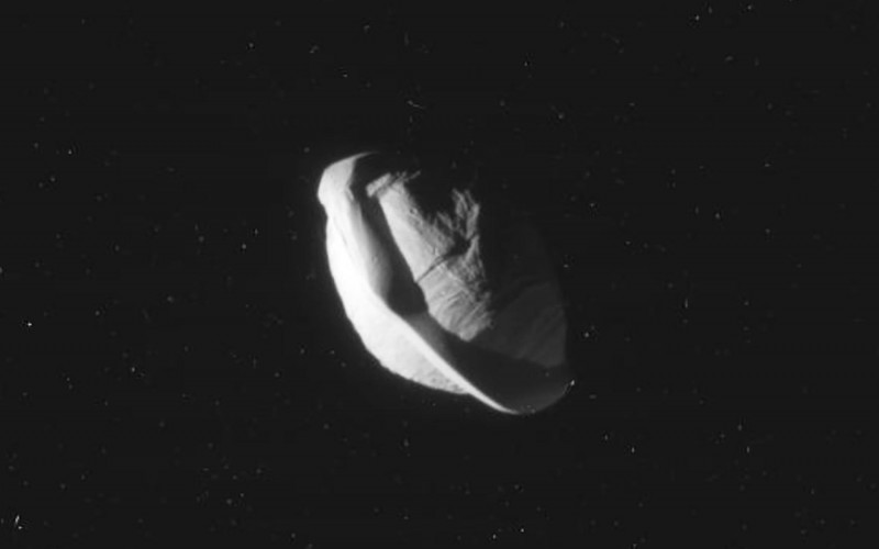 """Пристигна най-доброто изображение на """"НЛО"""" луната около Сатурн"""